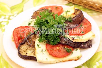 Выложить на блюдо и украсить зеленью. - Запеченные баклажаны с помидорами и брынзой. Фотография приготовления рецепта.