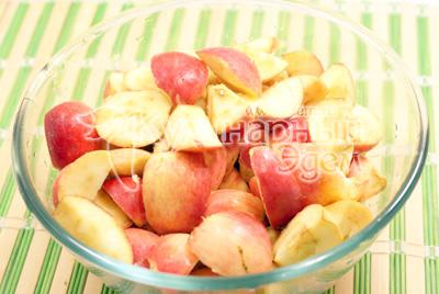 Разрезать на четвертинки и удалить сердцевину. - Повидло из яблок. Фото приготовления яблочное повидло.
