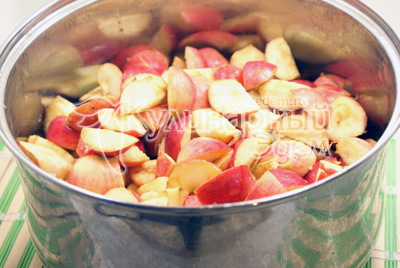 Сложить в большую кастрюлю влить воду и поставить варить на средний огонь. Периодически помешивать. - Повидло из яблок. Фото приготовления яблочное повидло.