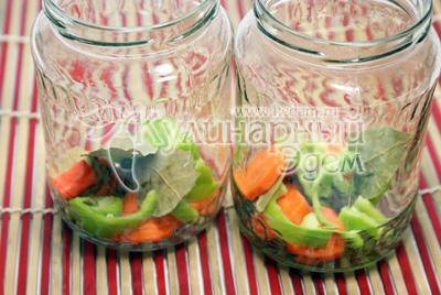 Хорошо промойте и простерилизуйте банки. На дно каждой баночки уложите несколько колечек очищенной моркови, ломтики перца, лавровый лист 1-2 шт, перец горошком 2-3 шт, гвоздики 5 шт, маленький кусочек горького перца (на любителя). - Пряные помидоры. Заготовки на зиму, рецепты с фото.