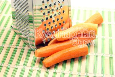 Перец вымыть, вынуть семена и порезать ломтиками. - Закуска из перца и моркови. Фотография приготовления закуски на зиму.