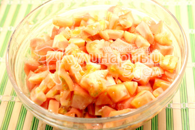 Помидоры порезать кубиками. - Закуска из перца и моркови. Фотография приготовления закуски на зиму.