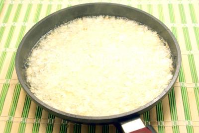 Лук обжарить на половине растительного масла. - Закуска из перца и моркови. Фотография приготовления закуски на зиму.