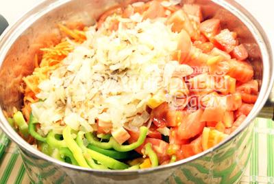 Сложить перец, морковь, помидоры и лук в большую кастрюлю. Посолить и поперчить, добавить сахар и масло. Поставить на огонь и тушить 10 минут. - Закуска из перца и моркови. Фотография приготовления закуски на зиму.