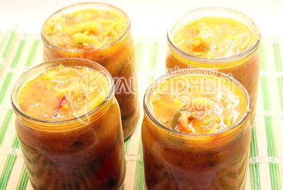 Переложить в чистые, стерильные банки. - Закуска из перца и моркови. Фотография приготовления закуски на зиму.