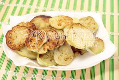 Обсушить на салфетках. - Закуска из баклажанов с грецкими орехами. Фотография приготовления рецепта.