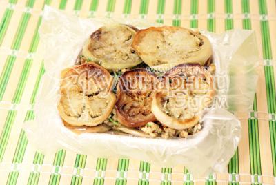 Немного придавить и убрать в холодильник на 2-3 часа. - Закуска из баклажанов с грецкими орехами. Фотография приготовления рецепта.