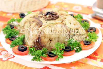 Выложить на блюдо, перевернув миску и украсить по желанию. - Закуска из баклажанов с грецкими орехами. Фотография приготовления рецепта.