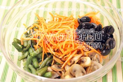 В миске смешать фасоль, грибы, заранее приготовленную морковь по-корейски, и оливки порезанные половинками. Посолить. Хорошо перемешать и дать настояться 20-30 минут. - Салат с корейской морковкой «ВКУСНО и БЫСТРО». Фотография приготовление рецепта.