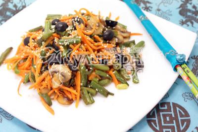 Выложить на блюдо и посыпать кунжутными семечками. - Салат с корейской морковкой «ВКУСНО и БЫСТРО». Фотография приготовление рецепта.