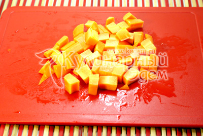 Морковь нарезать небольшими кусочками