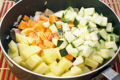 В сотейник с ясом добавить морковь, картофель и кабачок