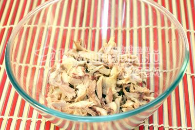 Куриный окорочок сварить и отделить мясо от костей. Разобрать на небольшие кусочки