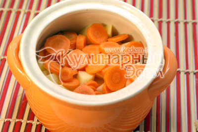 Морковь очистить и порезать кружочками, сложить вторым слоем. - Картофель с грибами в горшочке. Фотография приготовление рецепта.