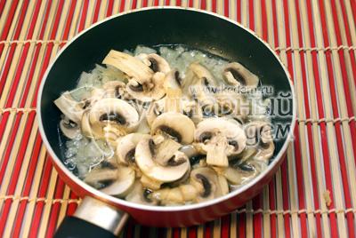 Грибы порезать ломтиками, лук мелко нашинковать и вместе обжарить в небольшом количестве масла 2-3 минуты. Немного посолить. - Картофель с грибами в горшочке. Фотография приготовление рецепта.