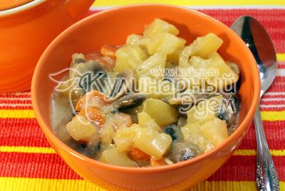 Выложить в тарелки. - Картофель с грибами в горшочке. Фотография приготовление рецепта.