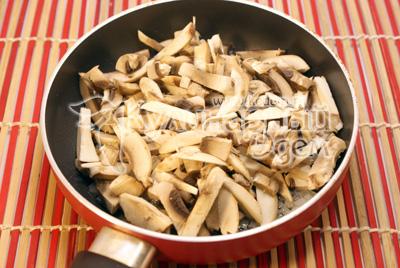 Добавить соломкой порезанные грибы шампиньоны и обжаривать 2-3 минуты. Посолить