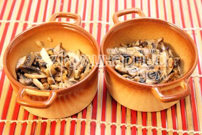 Разложить в формочки для запекания или кокотницы. - Жульен с грибами. Фотография приготовление жульена с грибами.