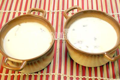 Когда соус загустеет, посолить и залить в формочки. - Жульен с грибами. Фотография приготовление жульена с грибами.