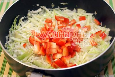 Добавить нашинкованную капусту, мелко порезанный болгарский перец и тушить на среднем огне 3-5 минут. - Курица тушеная с капустой. Фото рецепт приготовление курицы с капустой.