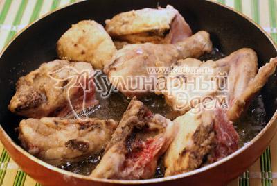 Обжарить на другой сковородке на растительном масле до полуготовности. - Курица тушеная с капустой. Фото рецепт приготовление курицы с капустой.