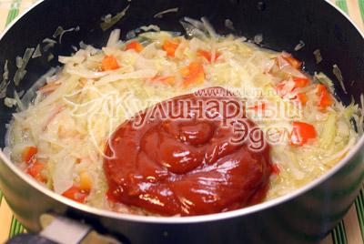 В сотейник с капустой и перцем добавить томатную пасту, посолить и перемешать, поставить на огонь. - Курица тушеная с капустой. Фото рецепт приготовление курицы с капустой.