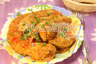 Выложить на блюдо и посыпать мелко нашинкованной петрушкой. - Курица тушеная с капустой. Фото рецепт приготовление курицы с капустой.