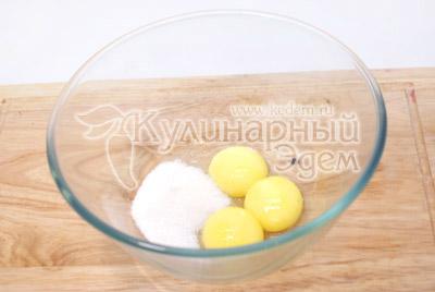 Желтки взбить с сахаром и ванилином. - Крошки-эклеры с заварным кремом. Приготовление эклеров на новогодний стол.