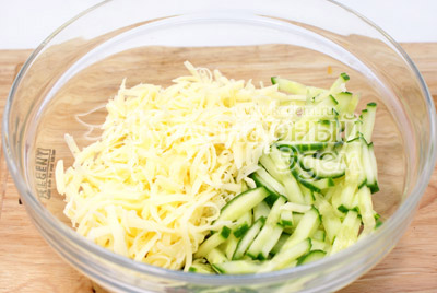 В миске смешать соломкой порезанный огурец и тертый сыр. - Салат «Новогодняя мелодия». Фотография приготовление новогоднего салата.