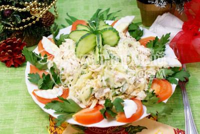 Дать настояться 2-3 часа. Выложить в салатницу и украсить овощами и зеленью. - Салат «Новогодняя мелодия». Фотография приготовление новогоднего салата.