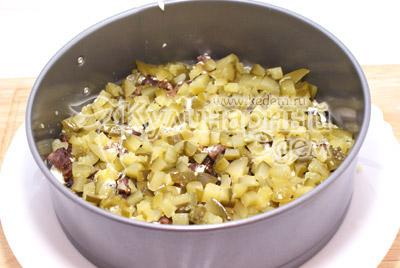 Слой соленых огурчиков. - Новогодний салат «2012». Рецепт приготовление новогоднего салата.