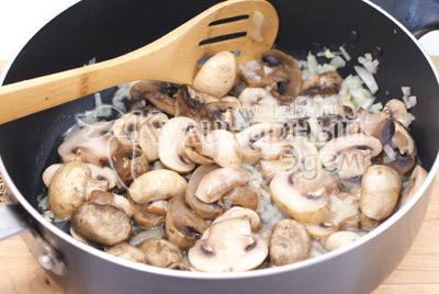 Мелко нашинкованную луковицу и ломтиками порезанные грибы обжаривать на растительном масле 5-7 минут. - Куриные рулетики с грибами и сыром. Фото приготовление рецепта на Новый год.