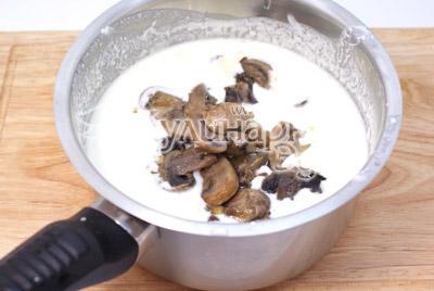 Добавить к сливками грибы. - Куриные рулетики с грибами и сыром. Фото приготовление рецепта на Новый год.