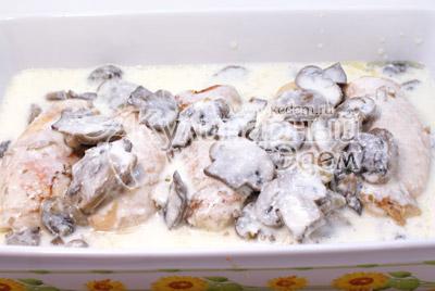 Перемешать грибы со сливками и залить рулетики. - Куриные рулетики с грибами и сыром. Фото приготовление рецепта на Новый год.