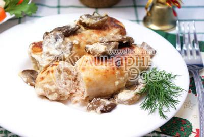 Выложить на порционные тарелки и украсить веточкой зелени. - Куриные рулетики с грибами и сыром. Фото приготовление рецепта на Новый год.