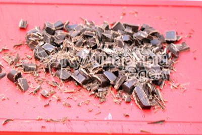 200 г шоколада порубить на небольшие кусочки. - Шоколадные кексики. Фото приготовление шоколадных кексов.