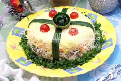 Украсить овощами и зеленью. Дать настояться 2-3 часа. - Салат «Подарочек». Новогодний салат, фото приготовление салата.