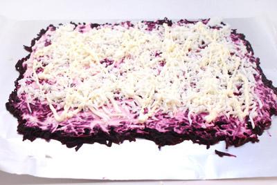 Сверху выкладываем порезанные белки. Смазываем майонезом. - Салат-рулет «Селедка под шубой», рецепт. Фотография приготовление салата.