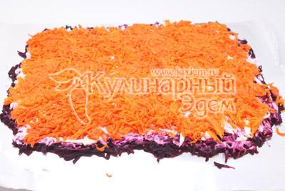 Точно так же выкладываем сверху слой моркови. Смазываем майонезом. - Салат-рулет «Селедка под шубой», рецепт. Фотография приготовление салата.