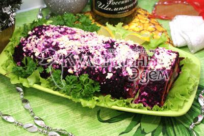 Разрезать на порционные кусочки и подавать, украсив зеленью. - Салат-рулет «Селедка под шубой», рецепт. Фотография приготовление салата.