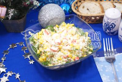 Заправить майонезом. По желанию посолить. Выложить  в салатницу и украсить мелко нашинкованным укропом. - Салат с кальмарами и кукурузой. Фото рецепт приготовление салата с кальмарами.