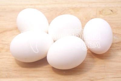 Яйца отварить вкрутую, остудить и очистить. - Фаршированные яйца. Фото приготовление фаршированных яиц.