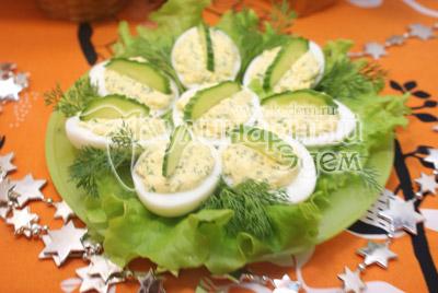 Выложить на листья салата и украсить веточками укропа и ломтиками огурца. - Фаршированные яйца. Фото приготовление фаршированных яиц.