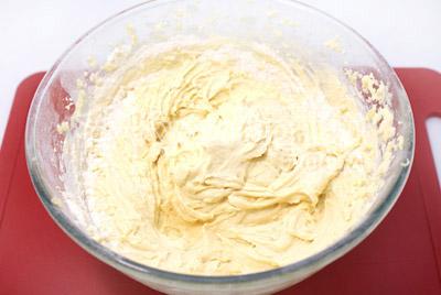 Adicionando gradualmente a farinha penegada para continuar a chicotar. Adicione o refrigerante que está com o suco de limão