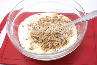 Bata juntos o creme azedo com leite condensado e nozes trituradas
