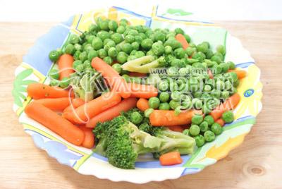 Овощи разморозить, брокколи разобрать на небольшие соцветия