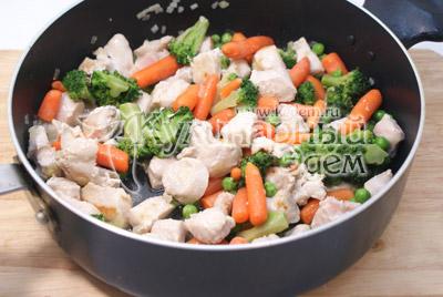 Добавить к курице и готовить еще 5 минут на среднем огне. Добавить чеснок, смесь перцев и соль. Хорошо перемешать