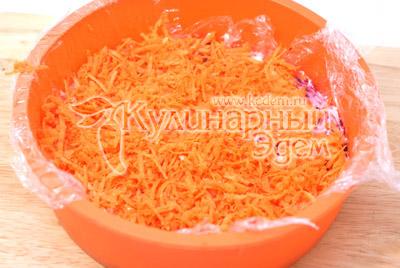 Слой моркови и майонез. - Салат из свеклы «Любимый». Фото рецепт приготовление салата из свёклы.