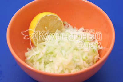 Добавить сок лимона и хорошо перемешать, немного отжать. - Ленивый пирог с яблоками и корицей. Фото рецепта приготовление пирога.