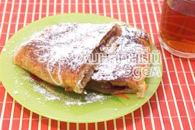Выложить на блюдо разрезать на порции и посыпать сахарной пудрой. - Ленивый пирог с яблоками и корицей. Фото рецепта приготовление пирога.